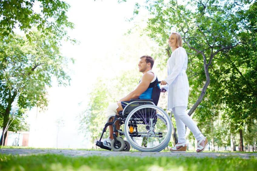 Persona en silla de ruedas como ejemplo de discapacidad, invalidez y discapacidad